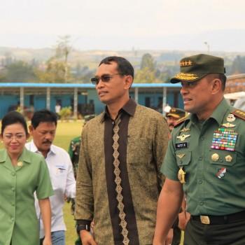 Gatot Nurmayanto bersama Bapak DR. JR. Saragih, SH, MM dalam kunjungan ke SMA/SMK Plus efarina