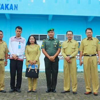 Wakil Kepala Sekolah Foto Bersama dengan Pengawas Provinsi